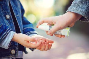 Cómo prevenir la intoxicación por sanitizantes de manos con alcohol
