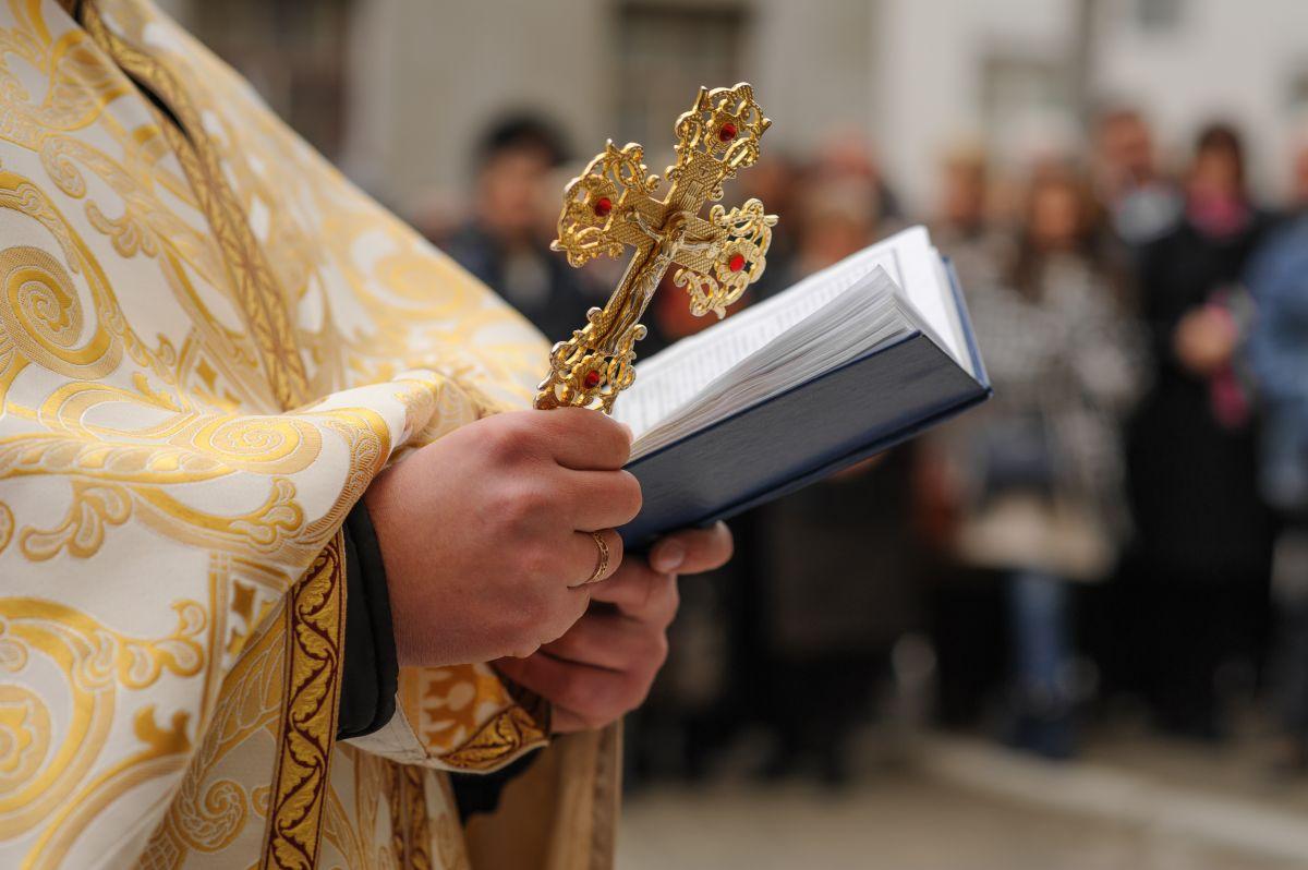 Mujer golpea a sacerdote en plena misa de Jueves Santo