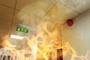 Médicos continúan cirugía de corazón mientas hospital se incendia