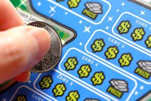 Tiró a la basura por error un billete de lotería premiado con $1 millón; la tienda lo encontró y se lo regresó