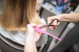 Padre de Michigan denuncia en redes a maestra de su hija por cortarle el pelo sin su permiso
