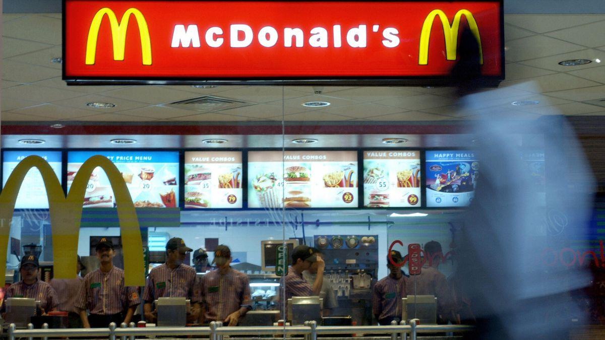 Por qué McDonald's cerrará cientos de restaurantes ubicados dentro de tiendas Walmart