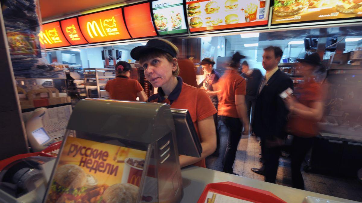 """McDonald's pone un letrero que dice """"Ya nadie quiere trabajar"""" para disculparse con clientes por falta de empleados"""