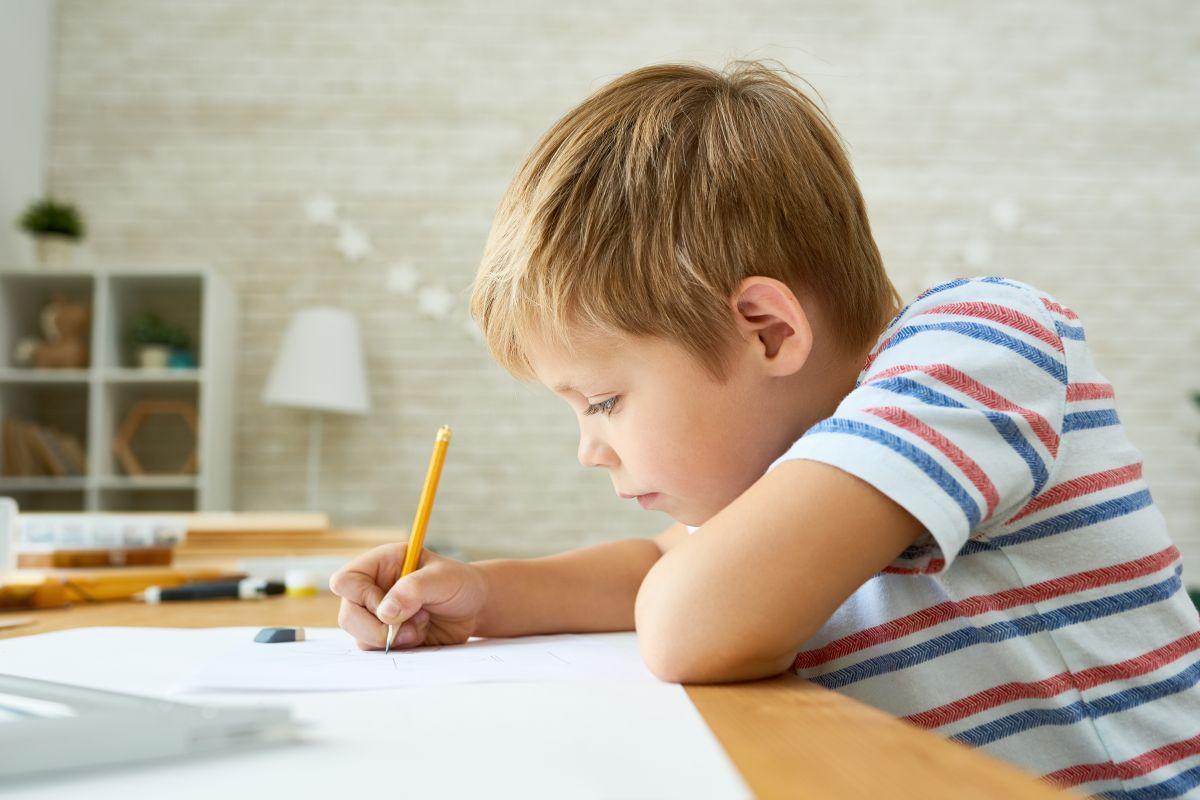 Llama a la policía para que le ayuden a que su hijo haga la tarea