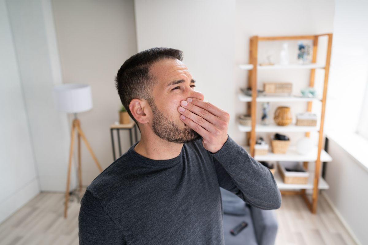 Mientras dure el trastorno, deberán evitarse alimentos cuyos olores tienden a hacerse desagradables, como son los alimentos asados, el café, la cebolla, el ajo, el chocolate y los huevos