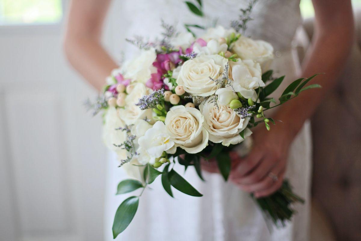 Niña se pelea a golpes con invitadas a boda para ganarse el ramo de la novia