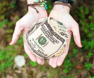 ¿Tengo que devolver el tercer cheque de estímulo que el IRS envió a un familiar que falleció?