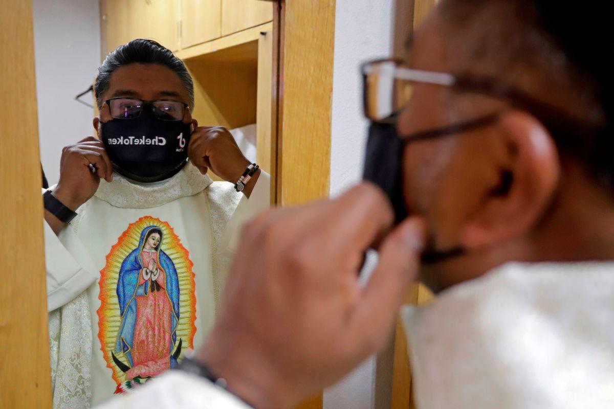 Conoce al Padre Cheke, el sacerdote que se ha vuelto sensación en TikTok