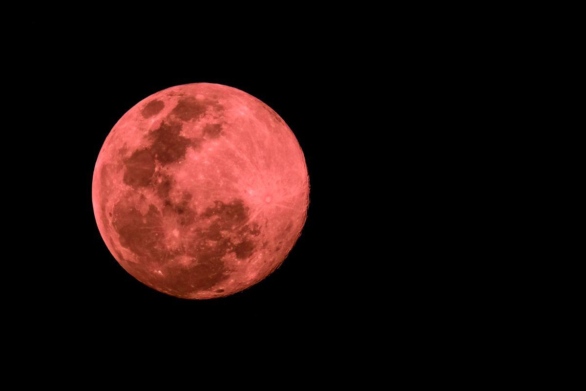No te pierdas la Superluna Rosa de abril: ¿Cómo y cuándo verla?