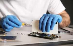 Le llevan a que reparara un teléfono celular y al abrirlo, descubre intrigante nota