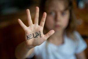 Rescatan a niñas cuyos vecinos grabaron el momento en que sufría maltrato