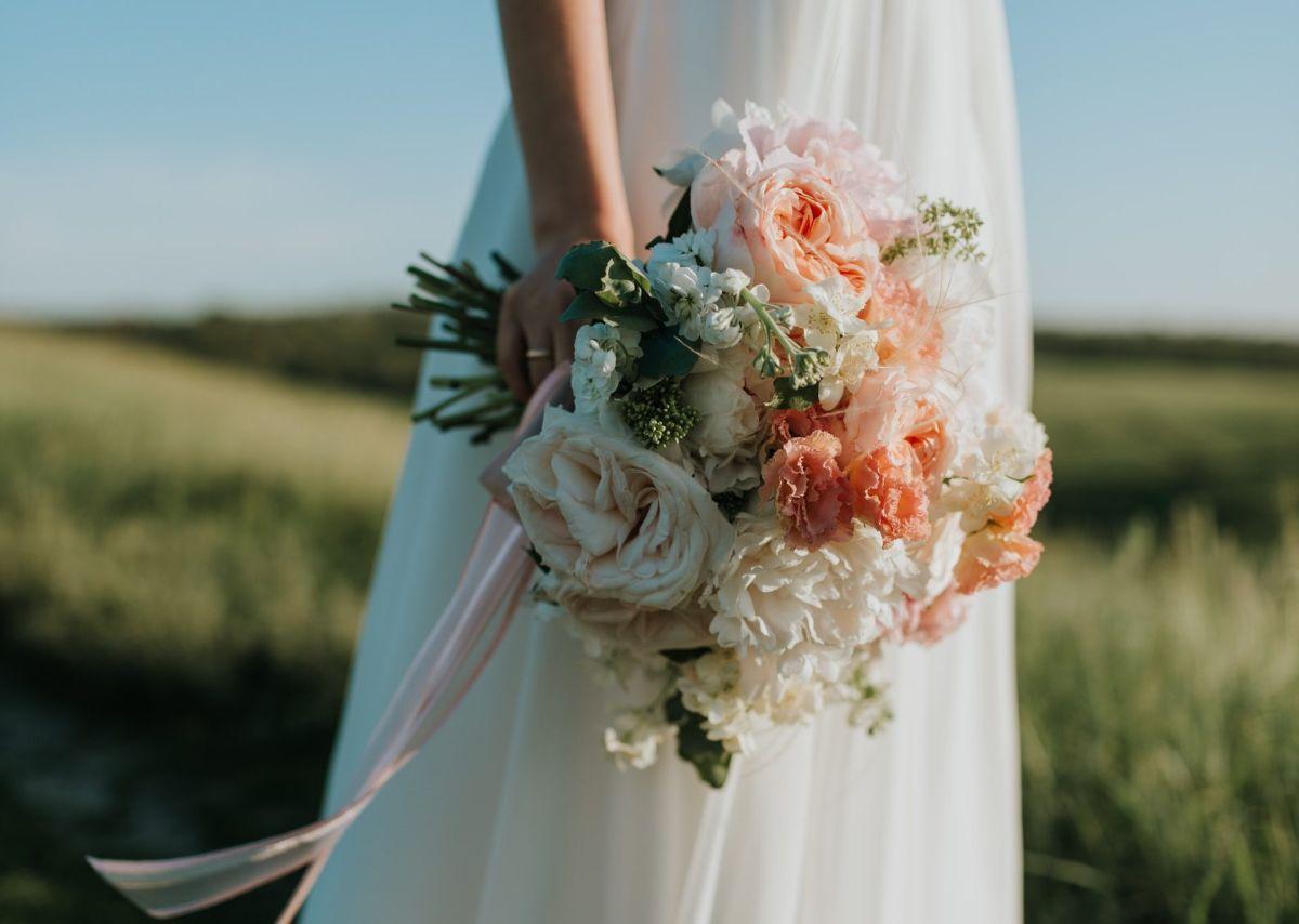 Mesera ensucia vestido de suegra en plena boda y la novia hace algo impensable