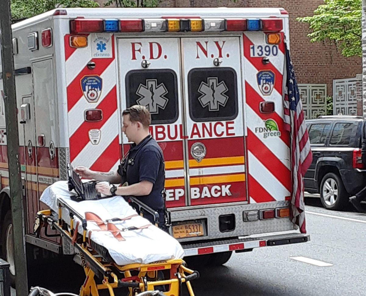 Ambulancia y paramédico de FDNY.