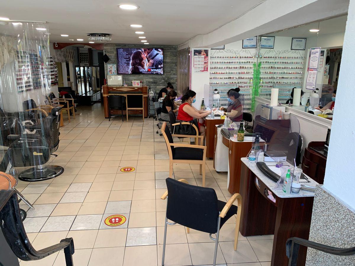 Negocios de NY están optimistas de que el fin de restricciones de capacidad, mejore sus finanzas, como el salón de uñas Duy Nail Saloon, de Queens