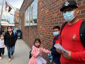 Padres latinos de NYC divididos sobre vacunar contra el COVID-19 a niños y adolescentes