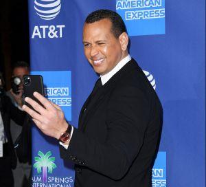 """Alex Rodriguez hace a un lado a Jennifer Lopez y pide ayuda a sus fans con sus """"looks"""""""