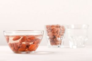 Por qué remojar las almendras potencia sus beneficios medicinales