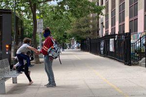 Padres con opiniones divididas tras anuncio que no habrá opción de clases virtuales en septiembre en escuelas de NYC