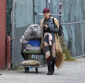 Captan a Loni Willison, la sexy modelo de Hollywood, que ahora es homeless y busca comida en los basureros
