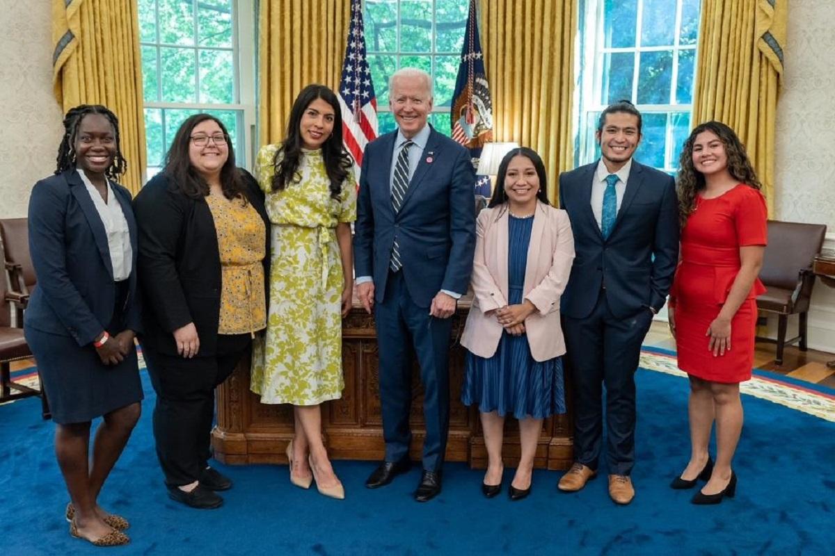 El presidente Biden compartió una foto de su encuentro con los 'dreamers'. Leydy Rangel (derecha).