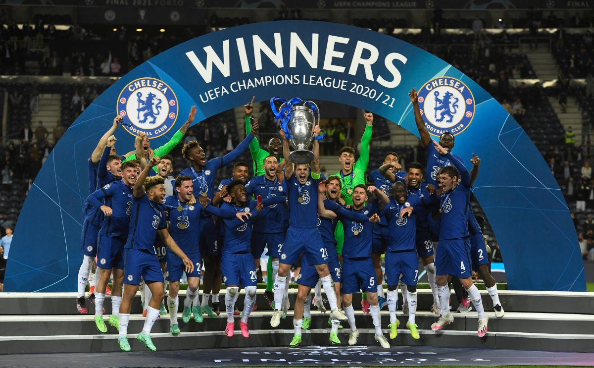 Momento en el que Azpilicueta levantó la segunda Champions del club.