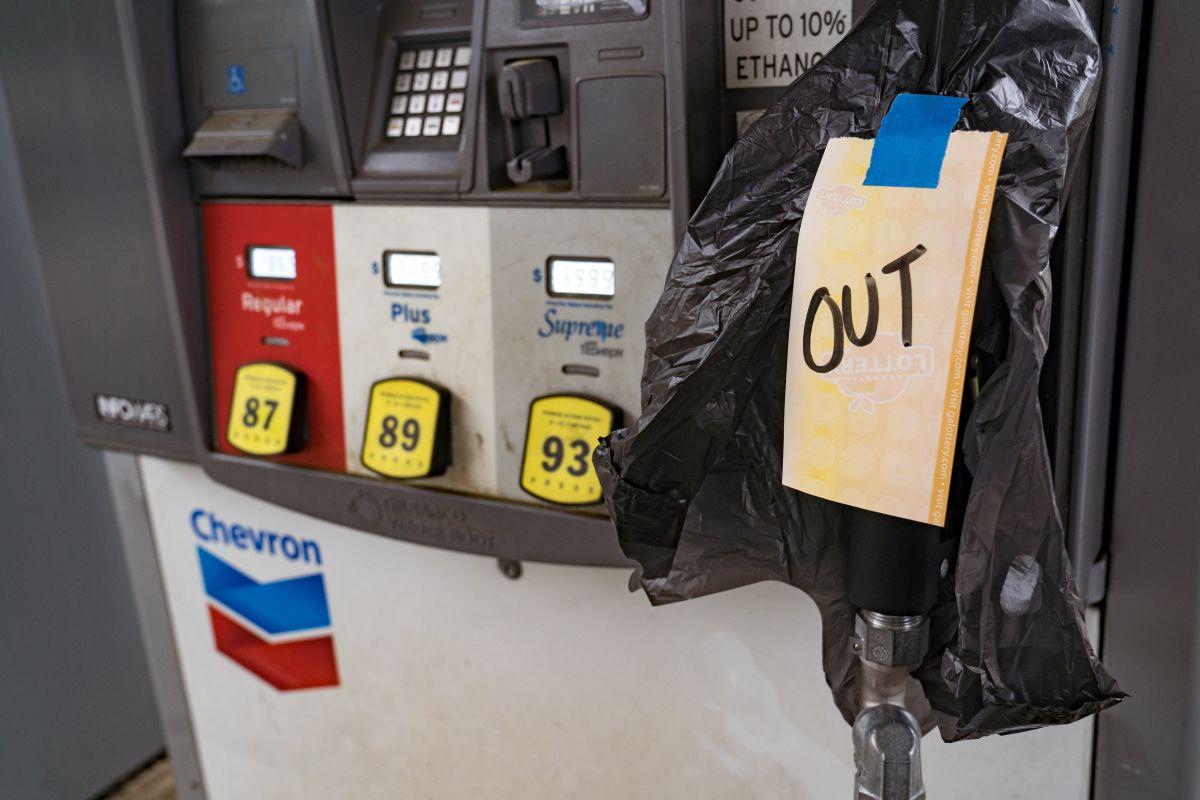 Autoridades señalan que combustible sí hay y los están llevando a los lugares que lo reuieren, por lo que piden evitar compras de pánico.