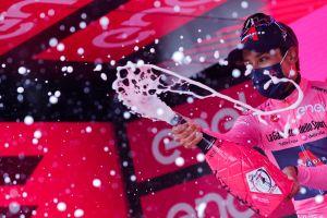 Destrozo total: colombiano Egan Bernal gana su primera etapa en el Giro de Italia y se viste de rosa