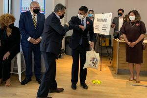 Secretario de Salud federal Xavier Becerra visita Queens para implorar a latinos que se vacunen contra el COVID-19