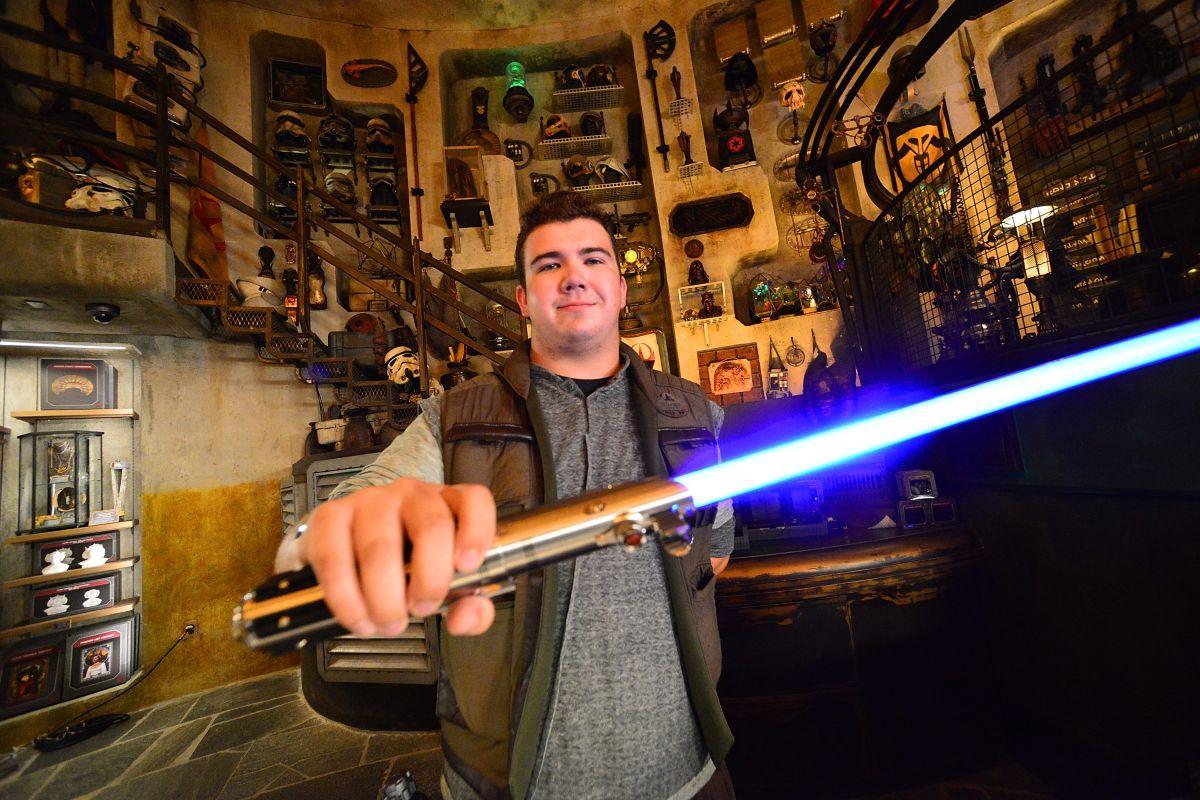Podrías entrenar con el verdadero sable láser de Star Wars si te hospedas en el hotel Galactic Starcruiser de Disney