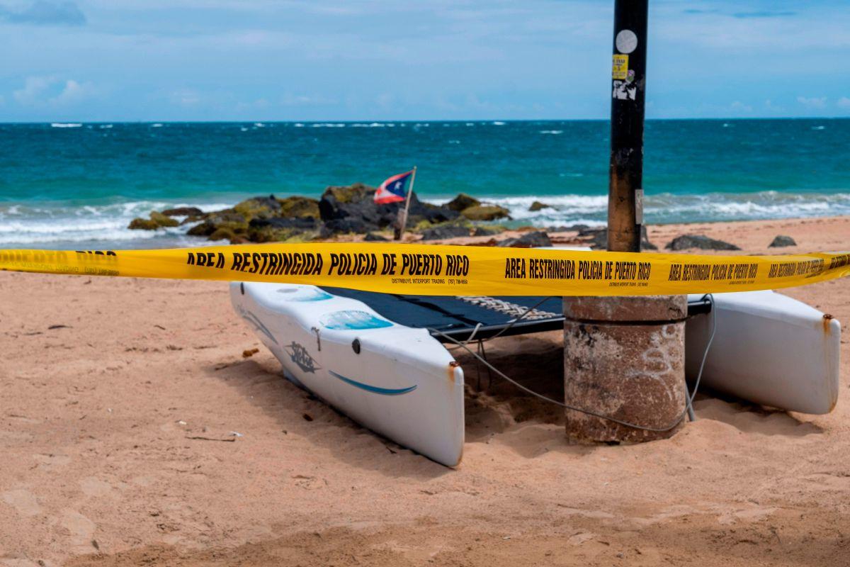 Área restringida en una playa de la zona de El Condado, en San Juan, Puerto Rico.
