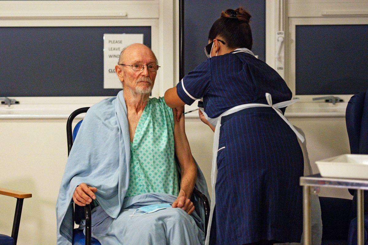 El señor Shakespeare recibió la vacuna contra el COVID-19 de Pfizer en diciembre de 2020.