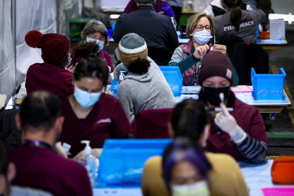 Evento masivo de vacunación con dosis de Pfizer en el estacionamiento de Coors Field en Denver, Colorado, en febrero pasado.
