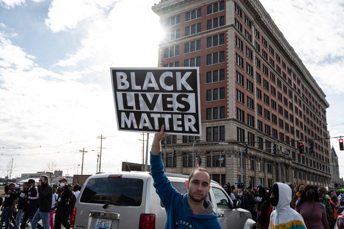 """Una activista de """"Black Lives Matter"""" en una movilización para pedir justicia tras la muerte de Breonna Taylor a manos de la Policía en Jefferson Square Park, en Louisville, Kentucky."""