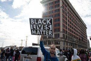 Manifestantes de Black Lives Matter se enfrentan a cliente de restaurante en Kentucky; comensal amenaza con pistola