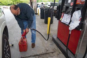 El precio del galón de gasolina se dispara hasta en $3 dólares después del ciberataque al oleoducto operado por Colonial Pipeline
