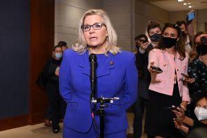 Republicanos castigan a Liz Cheney por alzar la voz contra Trump