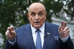 Abogados de Giuliani preocupados por información que fiscales pueden encontrar en iCloud contra su cliente