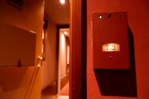 Hombre muere mientras tenía relaciones sexuales en motel de Argentina; investigan si mujer era su hija
