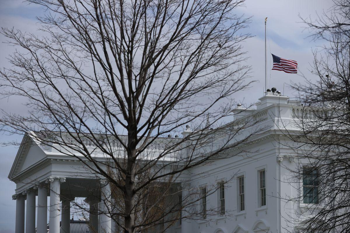 Bandera a media asta en la Casa Blanca.