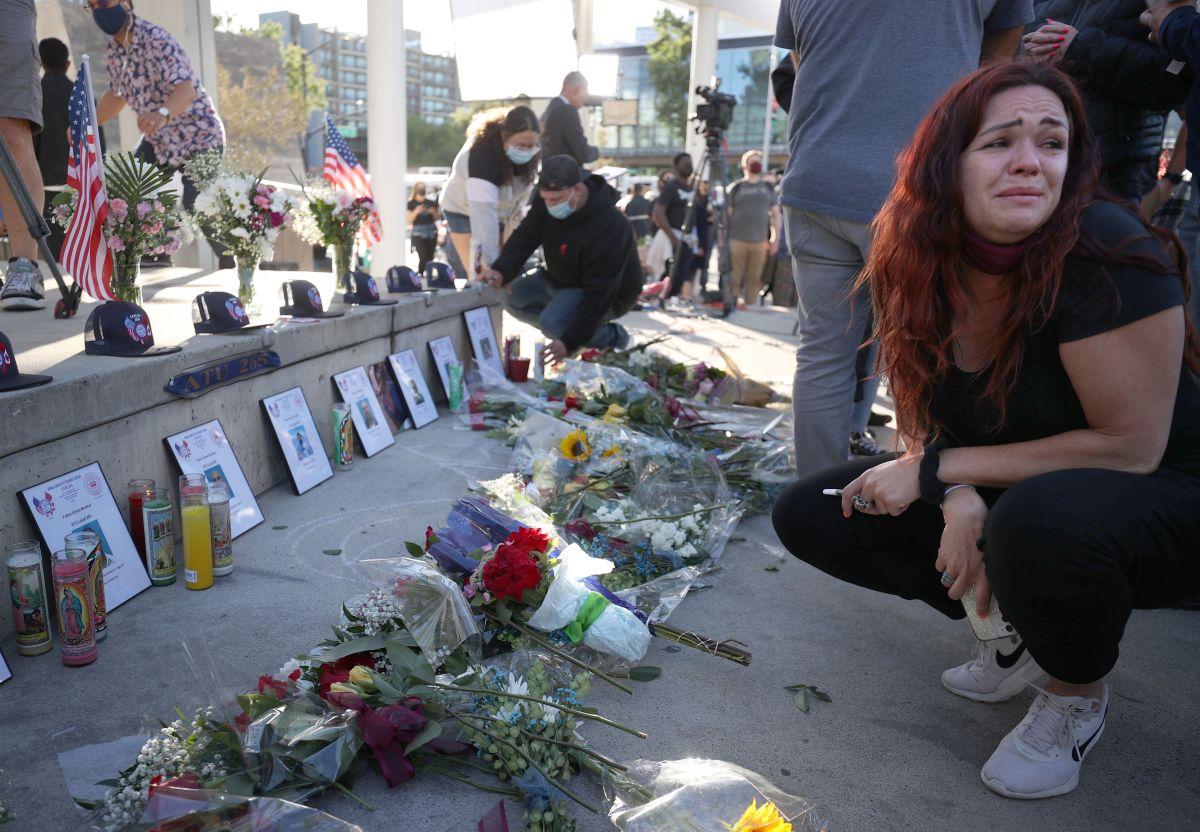 Parientes y amigos de las víctimas del tiroteo en San José, California, participan en una vigilia en la Alcaldía.