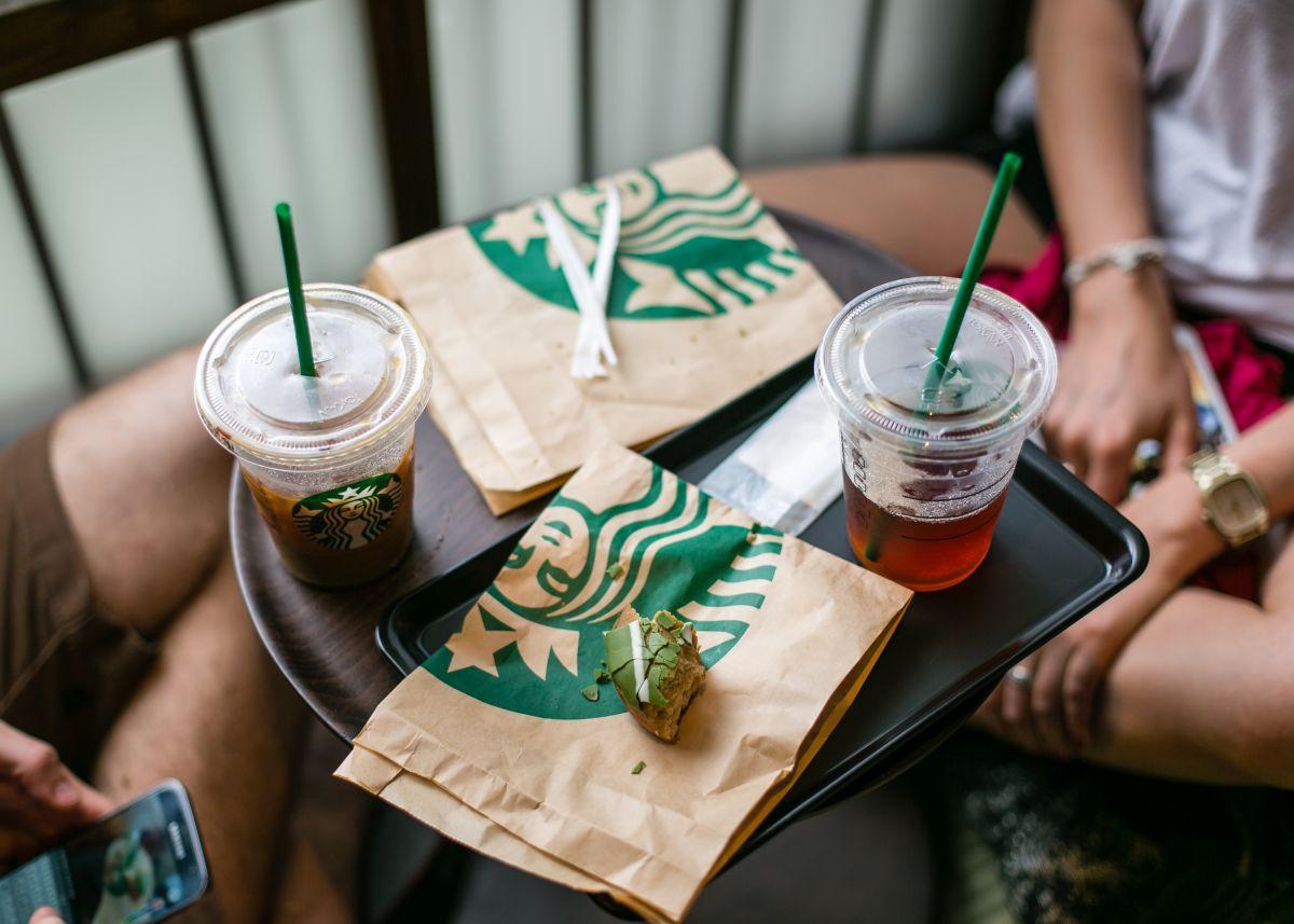 Una tiktoker se hace viral después de morder un cake pop de Starbucks y encontrar moho en su interior