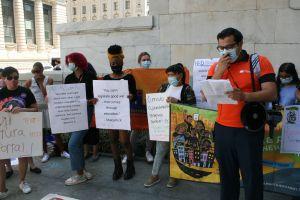 Padres inmigrantes presionan para que el DOE incluya textos y autores de sus culturas en programas de escuelas públicas