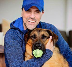Golpe para Marco Antonio Regil: Falleció su mascota y lo cuenta acariciando su cadáver