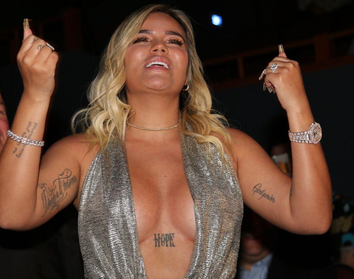 Karol G gana el premio Billboard a la Mejor Artista Femenina Latina del año y muestra su hilo dental con vestido transparente.