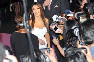 """Kim Kardashian se destapa para hacer levantamiento de pesas y preguntan: """"¿Mucho ejercicio o muchas cirugías?"""""""