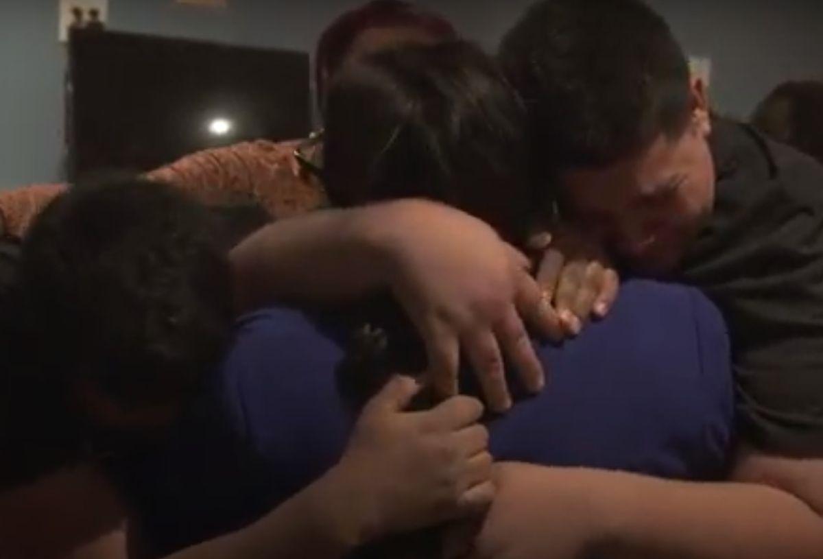 La primera familia en ser reunida fue una madre de Honduras con sus dos hijos adolescentes.