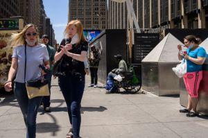 Nueva York levantará la restricción de llevar mascarilla a los vacunados desde el miércoles