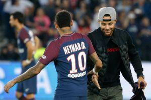 Video: Neymar mostró sus habilidades en baloncesto y advirtió a Stephen Curry