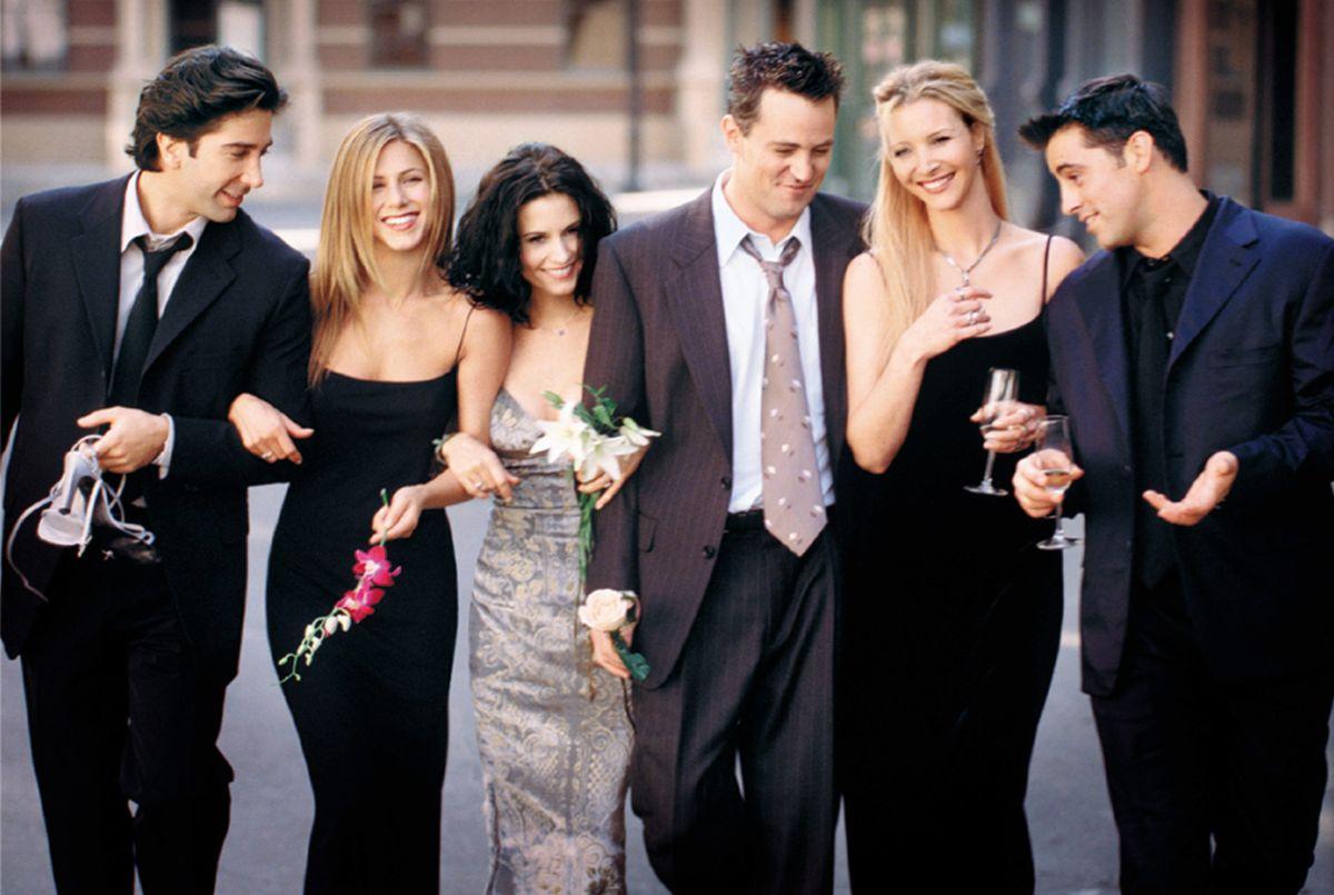 """Protagonistas de la serie """"Friends"""" habrían hecho un pacto para no enamorarse entre ellos, pero dos no cumplieron."""