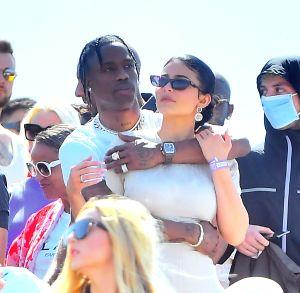 Captan imágenes de presunta cita entre Kylie y Travis junto a otras dos parejas de famosos